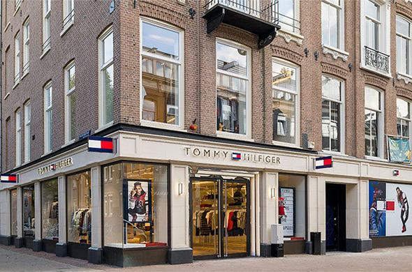 Screens, glorious screens, bij Tommy Hilfiger's store of the future in Amsterdam